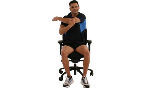 Schultern dehnen Fitnes Muskeln